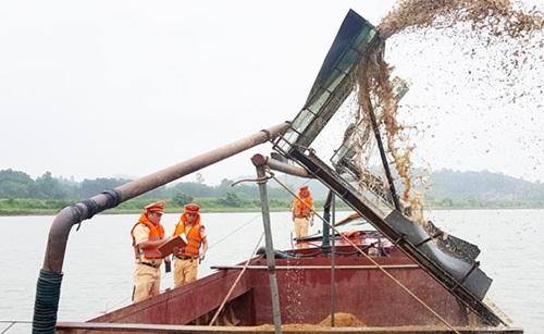 Hà Tĩnh: Bắt giữ sà lan khai thác cát trái phép trên sông Ngàn Sâu - Ảnh 1