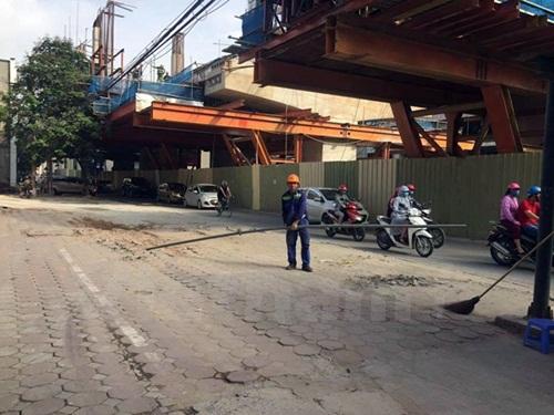 Phát hoảng với ống tuýp sắt dài 3m rơi từ công trình đường sắt trên cao - Ảnh 2