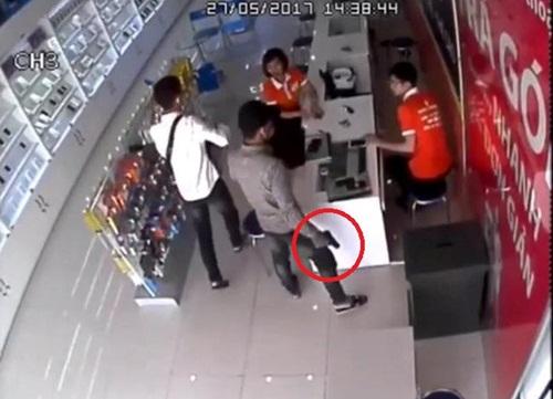 """Đã bắt giữ 2 đối tượng dùng """"hàng nóng"""" cướp cửa hàng điện thoại - Ảnh 2"""