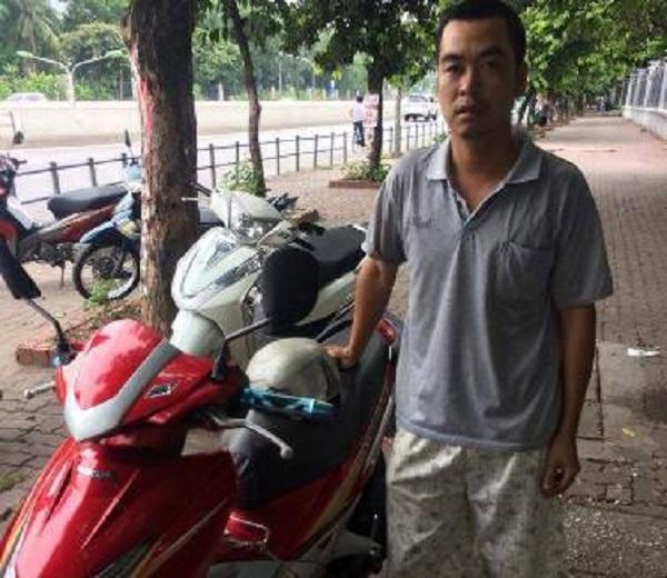 Vui mừng khi nhận lại xe máy được CSGT tìm thấy sau 7 năm bị mất - Ảnh 1