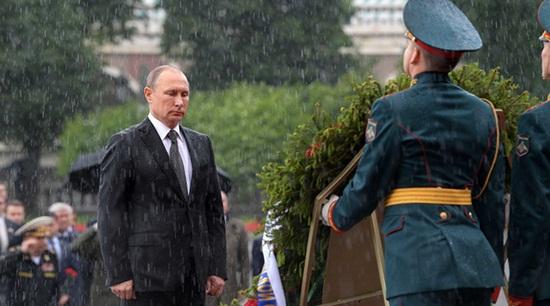 Tổng thống Putin tiết lộ lý do đội mưa viếng mộ liệt sĩ vô danh - Ảnh 1