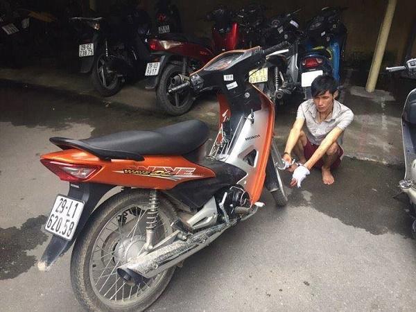 Hà Nội: Cướp xe máy rút dao tấn công CSGT - Ảnh 1