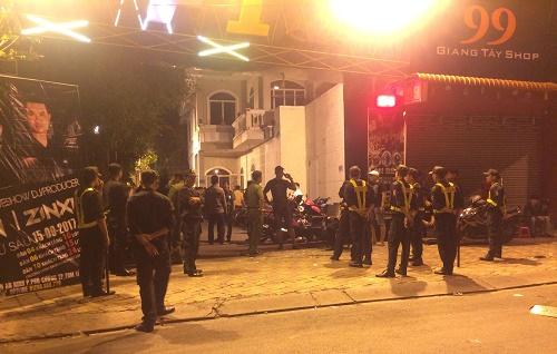 Đột kích quán bar phát hiện ma túy đá vứt vương vãi trên sàn nhà - Ảnh 1