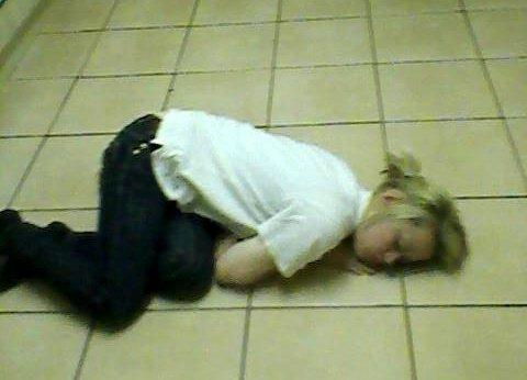 """Căn bệnh lạ khiến cô gái 20 tuổi cứ cười là """"ngủ"""" - Ảnh 1"""