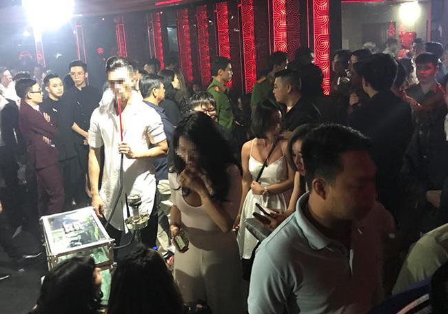 """Cảnh sát đột kích kiểm tra quán bar """"chui"""" ở Sài Gòn - Ảnh 1"""