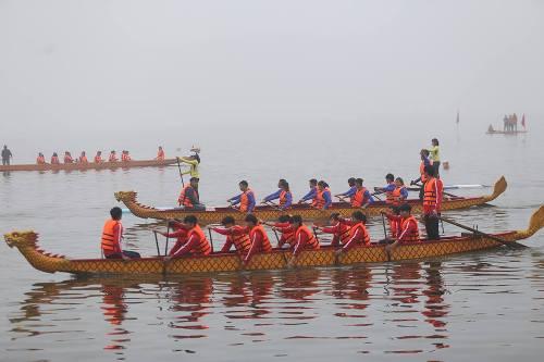 Lần đầu tiên Hà Nội tổ chức Lễ hội bơi chải thuyền rồng trên hồ Tây - Ảnh 7