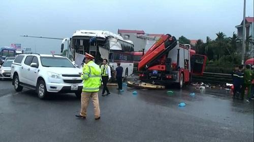 Xe khách đấu đầu xe cứu hỏa trên cao tốc Pháp Vân-Cầu Giẽ, 9 người bị thương - Ảnh 1