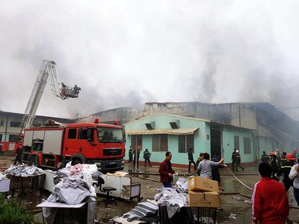 """""""Bà hỏa"""" ghé thăm nhà máy Vina Korea Vĩnh Phúc: Chưa xác định thương vong - Ảnh 1"""