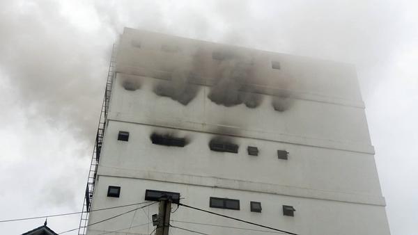 Hà Tĩnh: Cháy lớn tại quán karaoke giữa khu dân cư - Ảnh 1