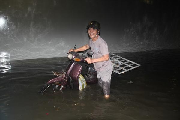 Nhiều phương tiện chết máy trong hầm chui ở Đà Nẵng - Ảnh 2