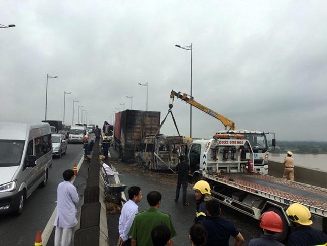 Xe khách bốc cháy trên cao tốc, 2 người tử vong - Ảnh 2