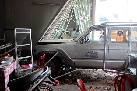 Xe biển xanh mất lái tông thẳng vào nhà, cả gia đình may mắn thoát chết - Ảnh 2