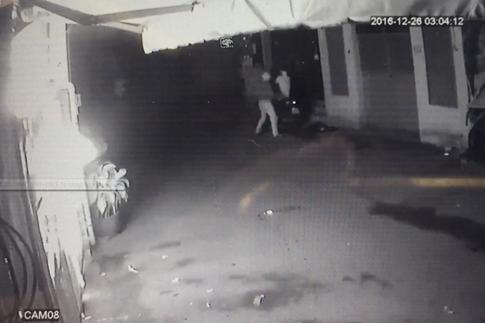 Sài Gòn: Truy tìm 3 thanh niên bịt mặt ném bom xăng đốt quán nhậu - Ảnh 1
