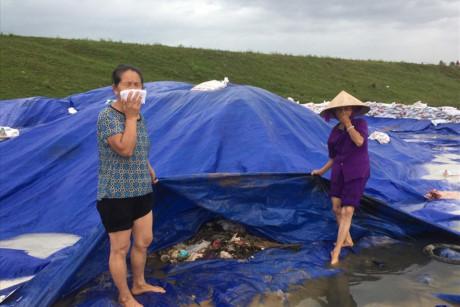 Dân Hà Nội lập lán trông coi ngày đêm, chặn xe rác đổ xuống chân đê sông Hồng  - Ảnh 1