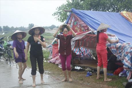 Dân Hà Nội lập lán trông coi ngày đêm, chặn xe rác đổ xuống chân đê sông Hồng  - Ảnh 2