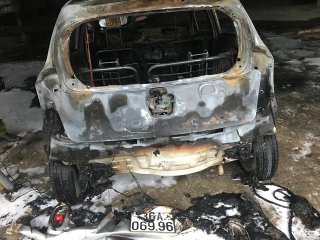 Xế hộp bất ngờ bốc cháy dữ dội trong bãi giữ xe - Ảnh 1