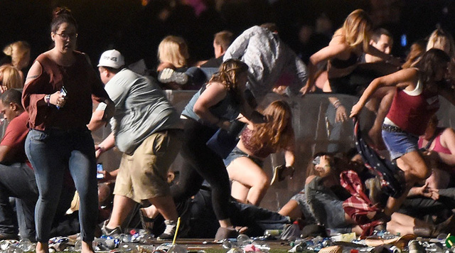 Đám đông la hét, giẫm đạp lên nhau trong vụ xả súng tại lễ hội âm nhạc Las Vegas - Ảnh 1