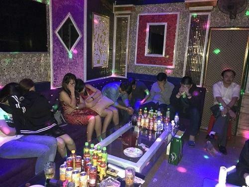 """Bắt quả tang bảy """"dân chơi"""" đang phê ma túy trong quán karaoke - Ảnh 2"""