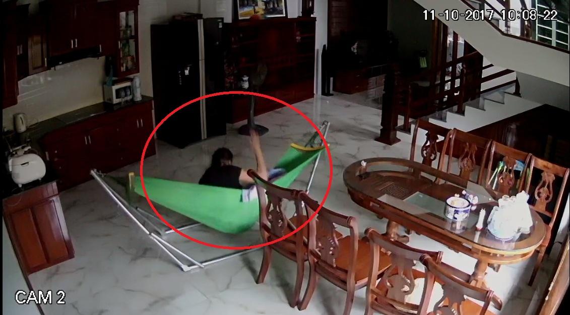 Phẫn nộ người giúp việc liên tiếp bạo hành cháu bé 5 tháng tuổi - Ảnh 1