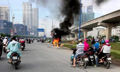 Xe tay ga cháy trơ khung trên xa lộ Hà Nội, chủ xe bỏ chạy thoát thân - Ảnh 1
