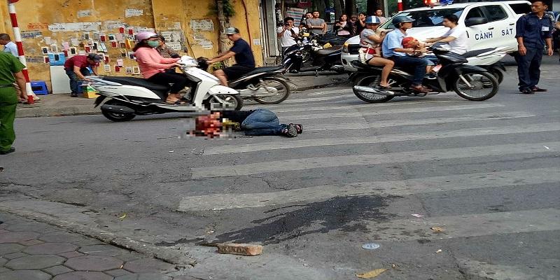 Nhóm côn đồ đánh gục nam thanh niên trên phố Hà Nội - Ảnh 1