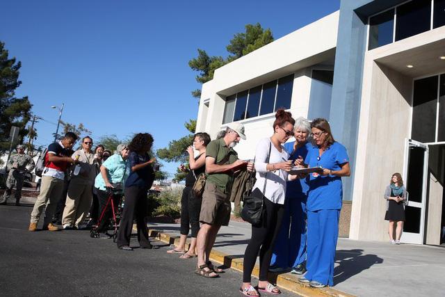 Dân Mỹ xếp hàng cả đêm chờ hiến máu cứu nạn nhân vụ xả súng ở Las Vegas - Ảnh 2
