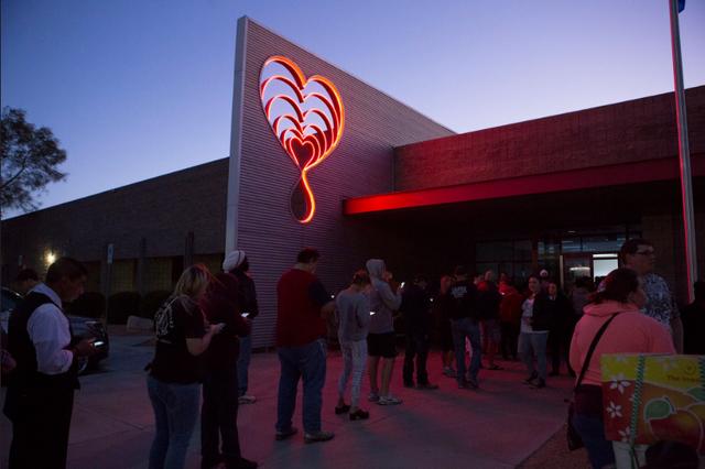 Dân Mỹ xếp hàng cả đêm chờ hiến máu cứu nạn nhân vụ xả súng ở Las Vegas - Ảnh 1