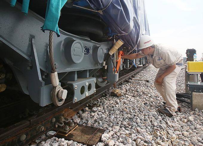 Cận cảnh đoàn tàu trăm tấn được lắp đặt trên đường sắt Cát Linh - Hà Đông - Ảnh 9