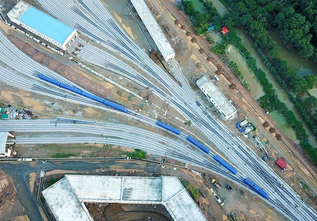 Cận cảnh đoàn tàu trăm tấn được lắp đặt trên đường sắt Cát Linh - Hà Đông - Ảnh 2