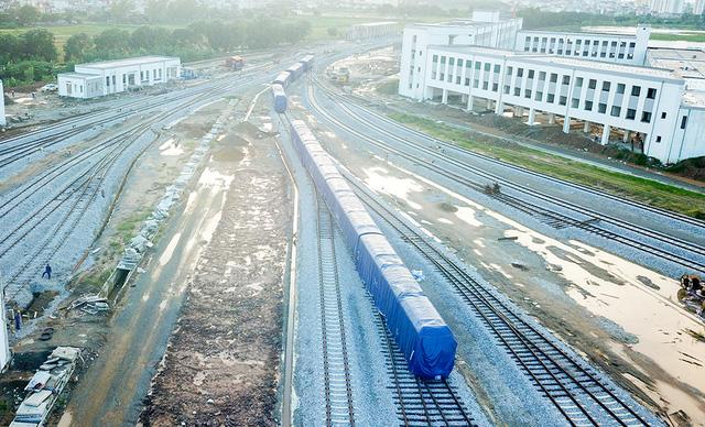 Cận cảnh đoàn tàu trăm tấn được lắp đặt trên đường sắt Cát Linh - Hà Đông - Ảnh 12