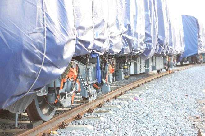 Cận cảnh đoàn tàu trăm tấn được lắp đặt trên đường sắt Cát Linh - Hà Đông - Ảnh 10