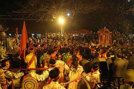 Lễ khai Ấn đền Trần 2017: Không còn cảnh tranh cướp lộc trên ban thờ  - Ảnh 2