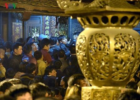 Lễ khai Ấn đền Trần 2017: Không còn cảnh tranh cướp lộc trên ban thờ  - Ảnh 3