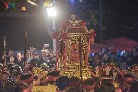 Lễ khai Ấn đền Trần 2017: Không còn cảnh tranh cướp lộc trên ban thờ  - Ảnh 4