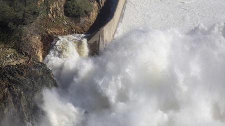 Đập thủy điện cao nhất Mỹ sắp vỡ, 1.200 Vệ binh Quốc gia sẵn sàng nhận nhiệm vụ - Ảnh 1