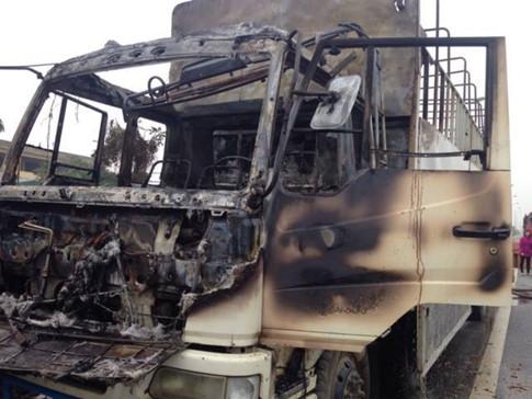 Xe tải bốc cháy dữ dội trên đại lộ Thăng Long - Ảnh 2