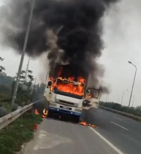 Xe tải bốc cháy dữ dội trên đại lộ Thăng Long - Ảnh 1