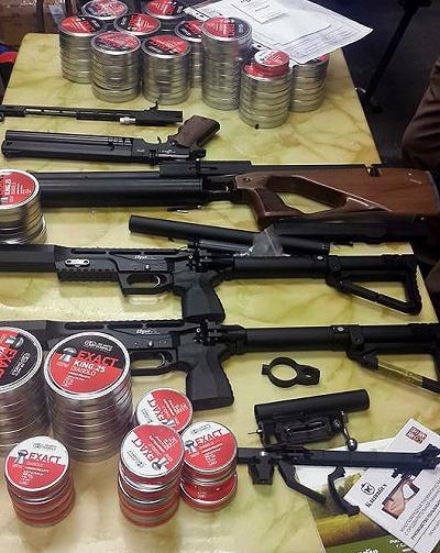 Bắt vụ vận chuyển súng hơi và hàng chục nghìn viên đạn qua đường hàng không - Ảnh 1