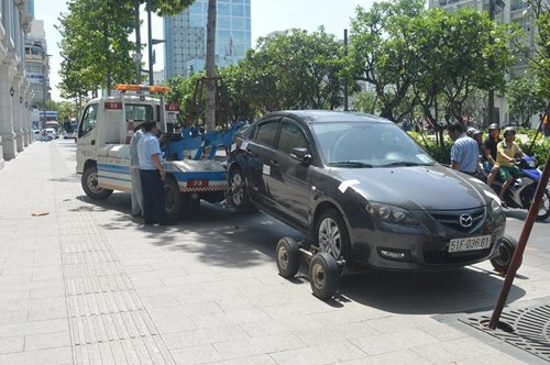 TP. Hồ Chí Minh xử phạt hàng loạt xe ô tô biển xanh đậu trên vỉa hè - Ảnh 2