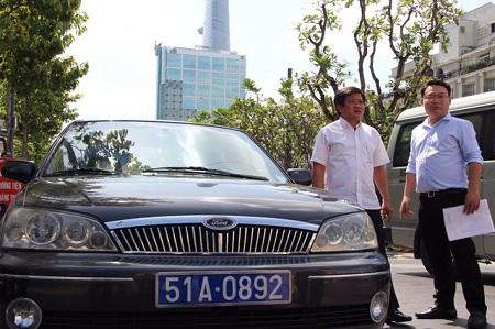 TP. Hồ Chí Minh xử phạt hàng loạt xe ô tô biển xanh đậu trên vỉa hè - Ảnh 1