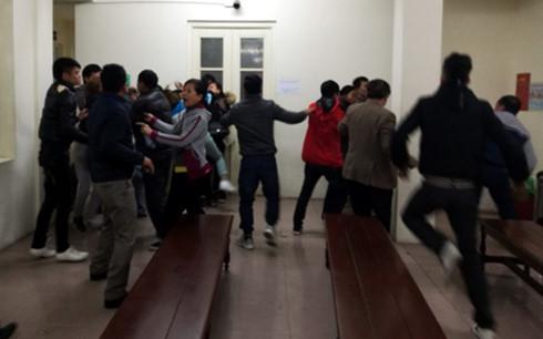 Gia đình bị cáo và bị hại xô xát ngay tại tòa - Ảnh 1