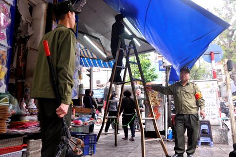 """Hà Nội: Cẩu xe vi phạm, phá thềm nhà, quyết """"giải phóng"""" vỉa hè - Ảnh 8"""