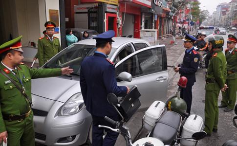 """Hà Nội: Cẩu xe vi phạm, phá thềm nhà, quyết """"giải phóng"""" vỉa hè - Ảnh 4"""