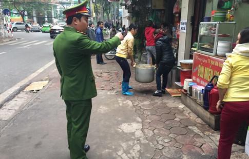 """Hà Nội: Cẩu xe vi phạm, phá thềm nhà, quyết """"giải phóng"""" vỉa hè - Ảnh 11"""