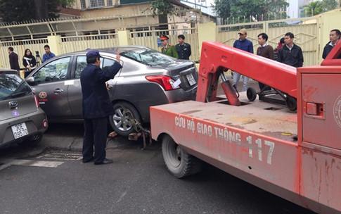 """Hà Nội: Cẩu xe vi phạm, phá thềm nhà, quyết """"giải phóng"""" vỉa hè - Ảnh 5"""