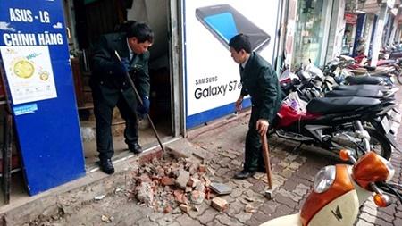 """Hà Nội: Cẩu xe vi phạm, phá thềm nhà, quyết """"giải phóng"""" vỉa hè - Ảnh 2"""