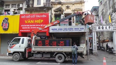 """Hà Nội: Cẩu xe vi phạm, phá thềm nhà, quyết """"giải phóng"""" vỉa hè - Ảnh 6"""