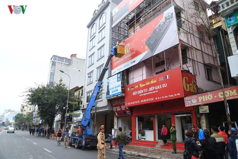 """Hà Nội: Cẩu xe vi phạm, phá thềm nhà, quyết """"giải phóng"""" vỉa hè - Ảnh 9"""