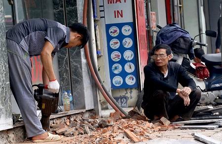 """Hà Nội tiếp tục mang xe cẩu, máy khoan """"đòi"""" vỉa hè cho người đi bộ - Ảnh 4"""
