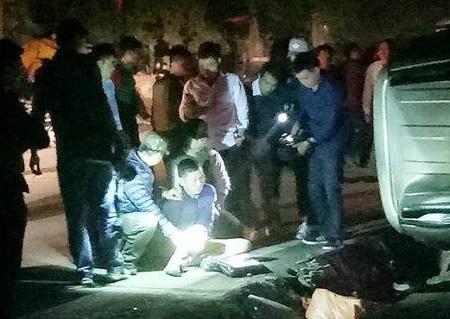 Sau tiếng súng nổ, ô tô lật nhào, nghi phạm vận chuyển 100 bánh heroin bị bắt  - Ảnh 1